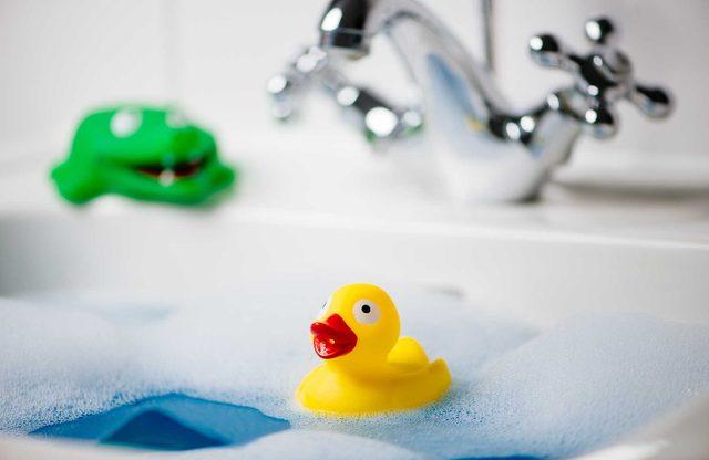 Use Colanders to Organize Bath Toys