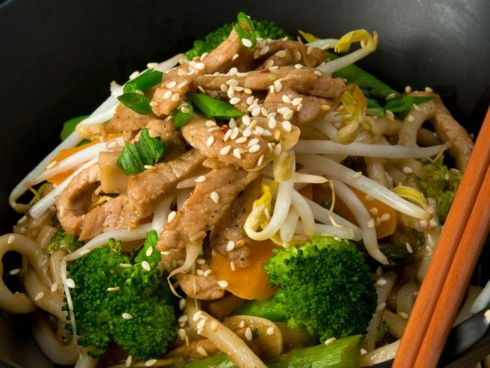 Shanghai noodles with chicken and broccoli