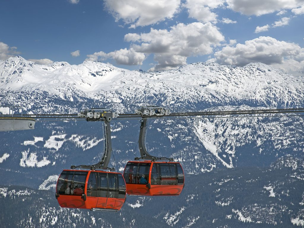 Đi cáp treo qua các đỉnh núi tại Whistler Blackcomb Ski Resort khi đến định cư Canada