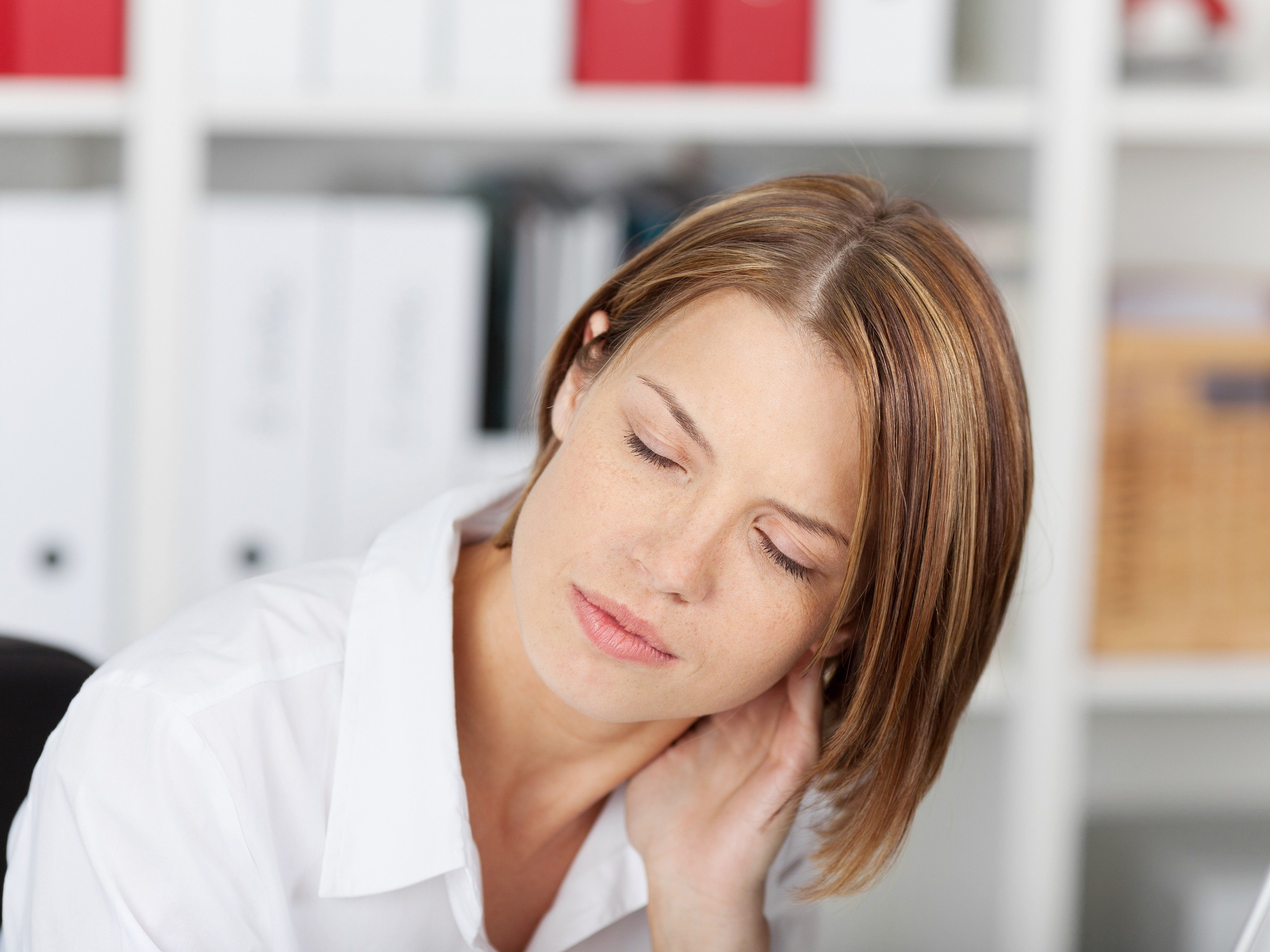 What causes a stiff neck?
