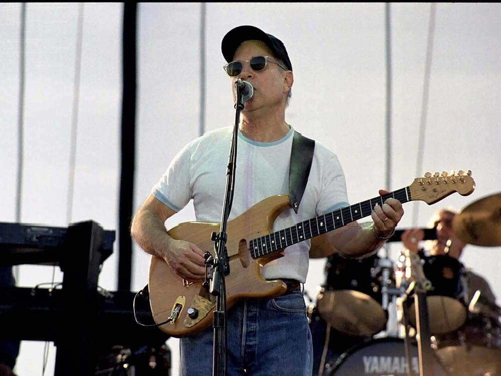 Paul Simon performing in concert in 1999