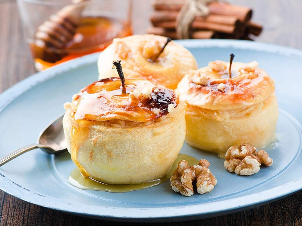Baked apples with cinnamon and walnuts