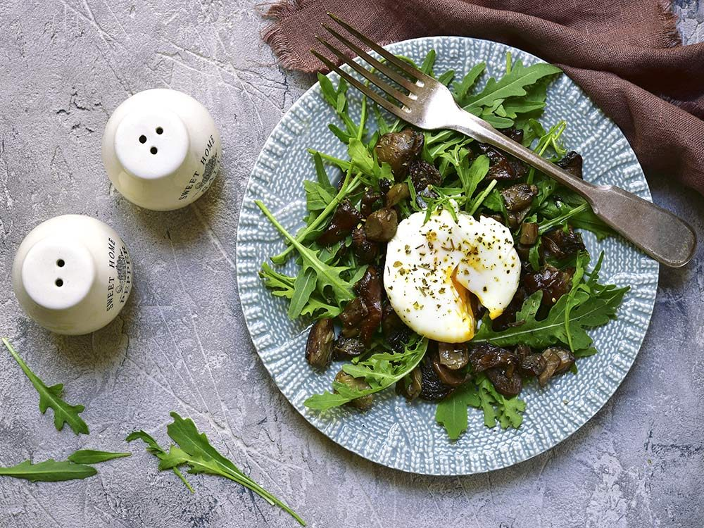 Poached egg with arugula salad