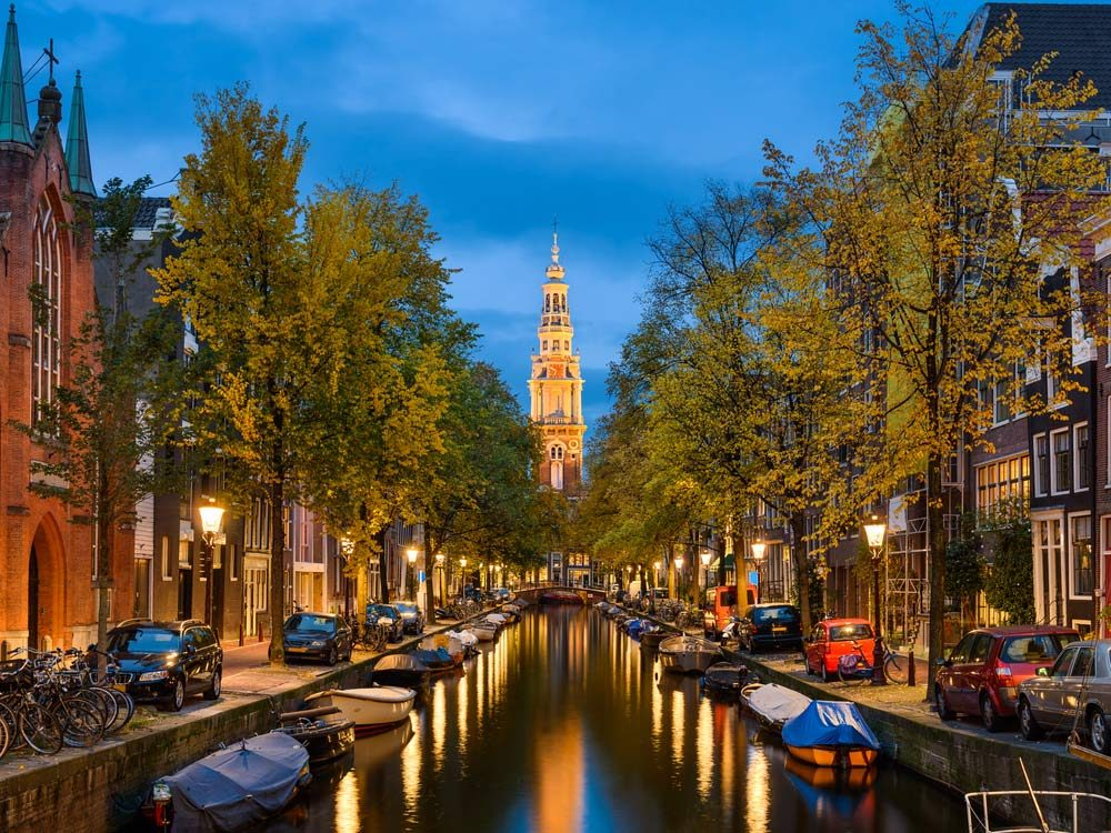Les bâtiments du dix-septième siècle et la rivière Amstel font en sorte qu'Amsterdam demeure toujours l'une des destinations les plus populaires d'Europe.