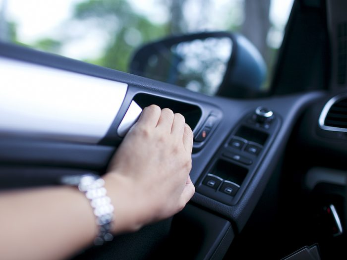 Dutch reach - why you should open car door with your right hand