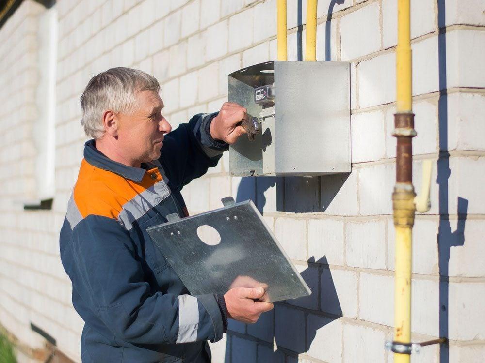 Specialist repairing gas metre