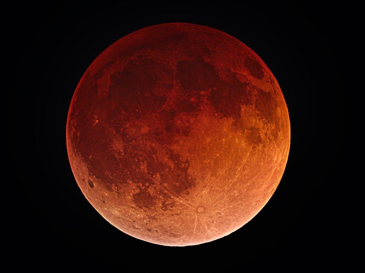 Creepy photos - blood moon