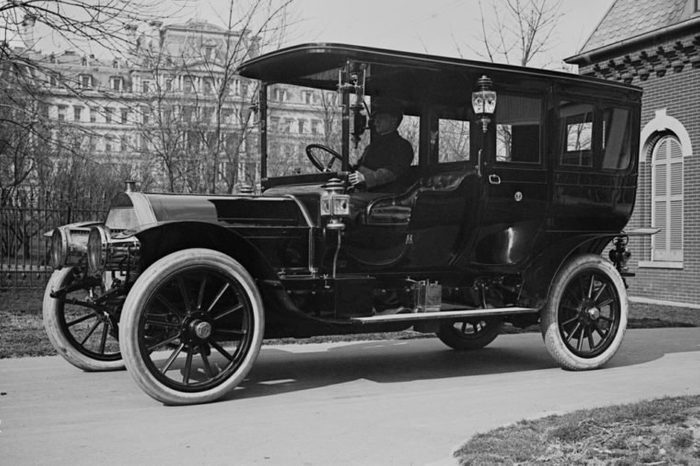 """President Taft's """"Pierce Arrow,"""" a luxury auto with 6 cycle, that reached speeds near 50 mph. Photo from 1909."""