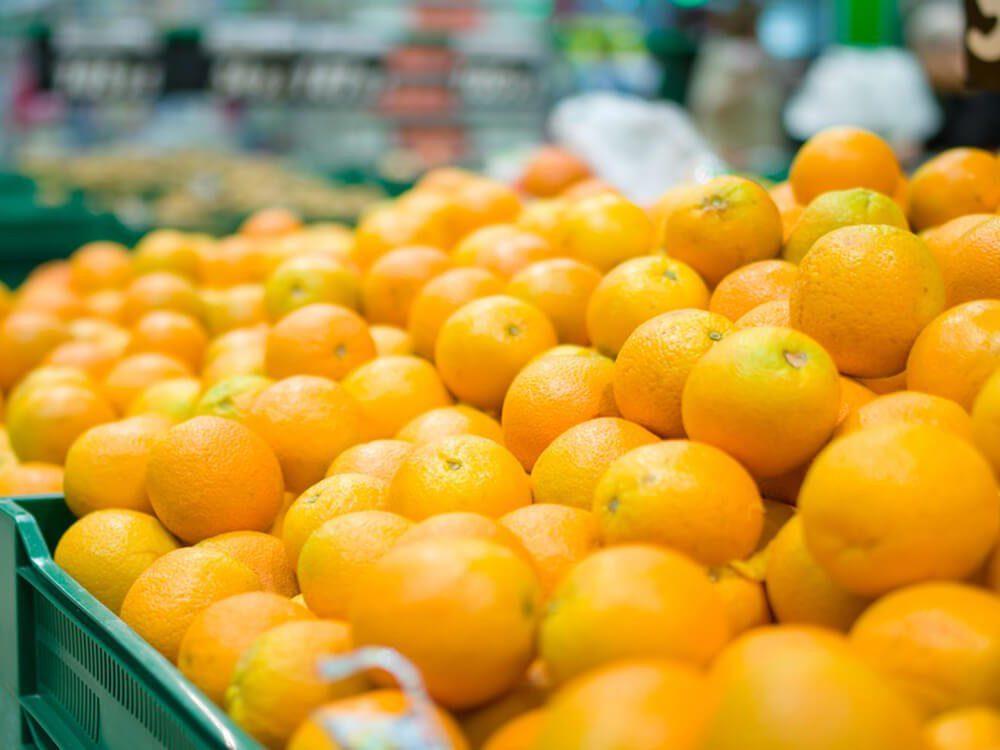 Choosing ripe oranges