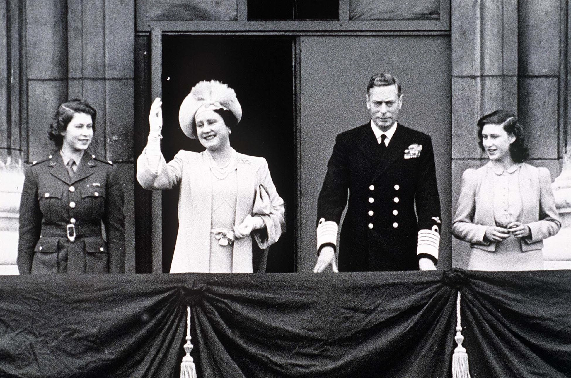 BRITISH ROYAL FAMILY ON THE BALCONY OF BUCKINGHAM PALACE - CIRCA 1945