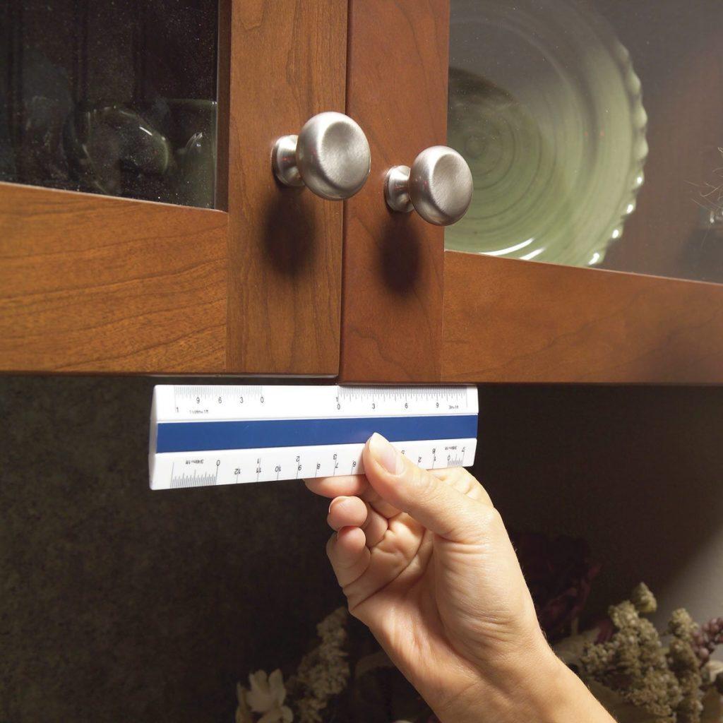 Adjusting cabinet doors