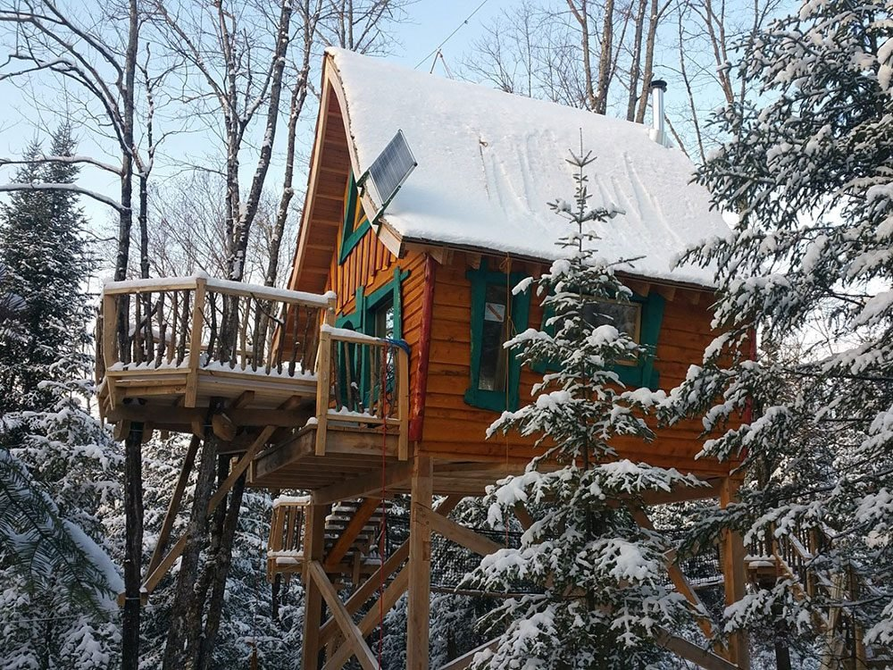 Quirky hotels across Canada - Les Toites du Monde treehouse chalet