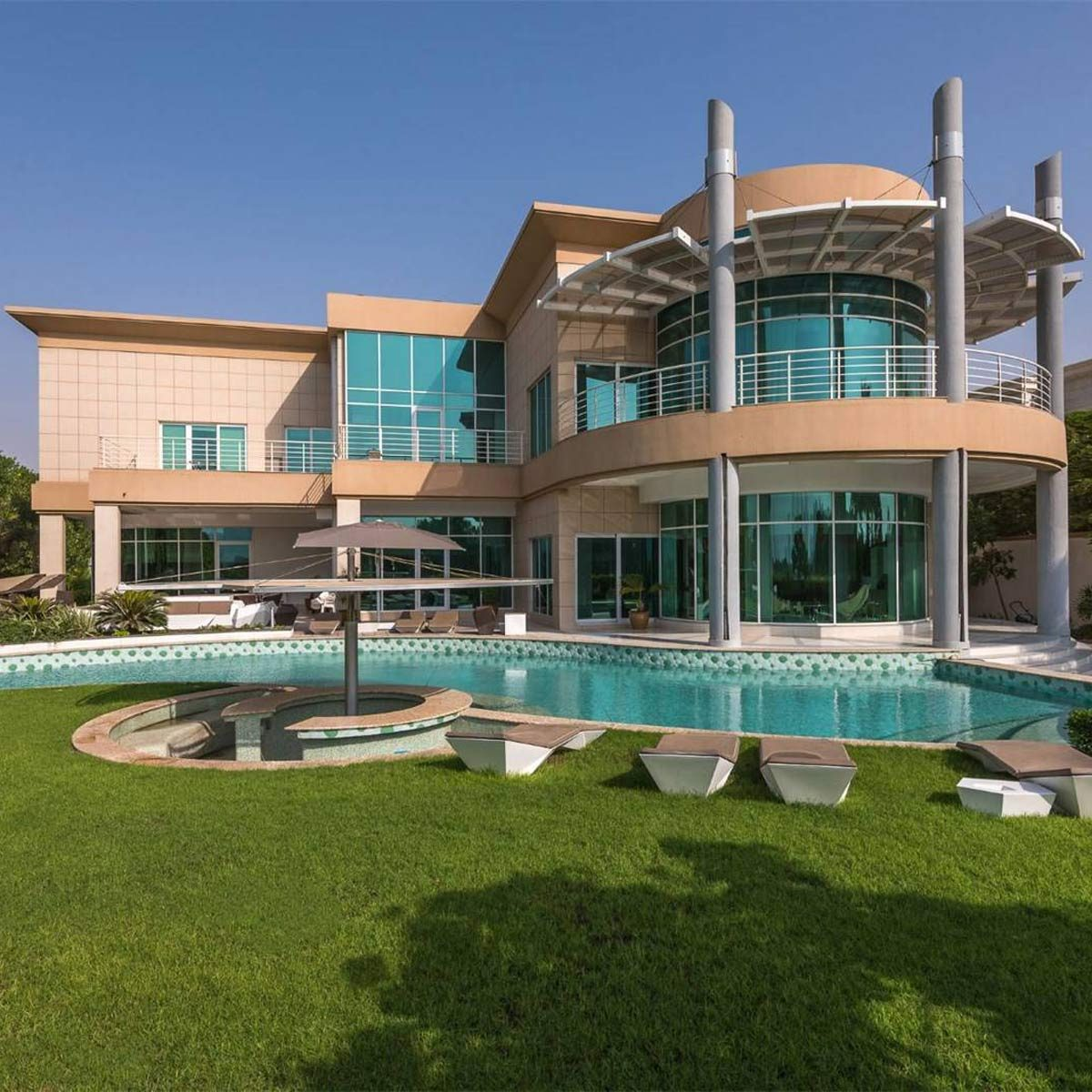 Modern mansion in Dubai with circle porch