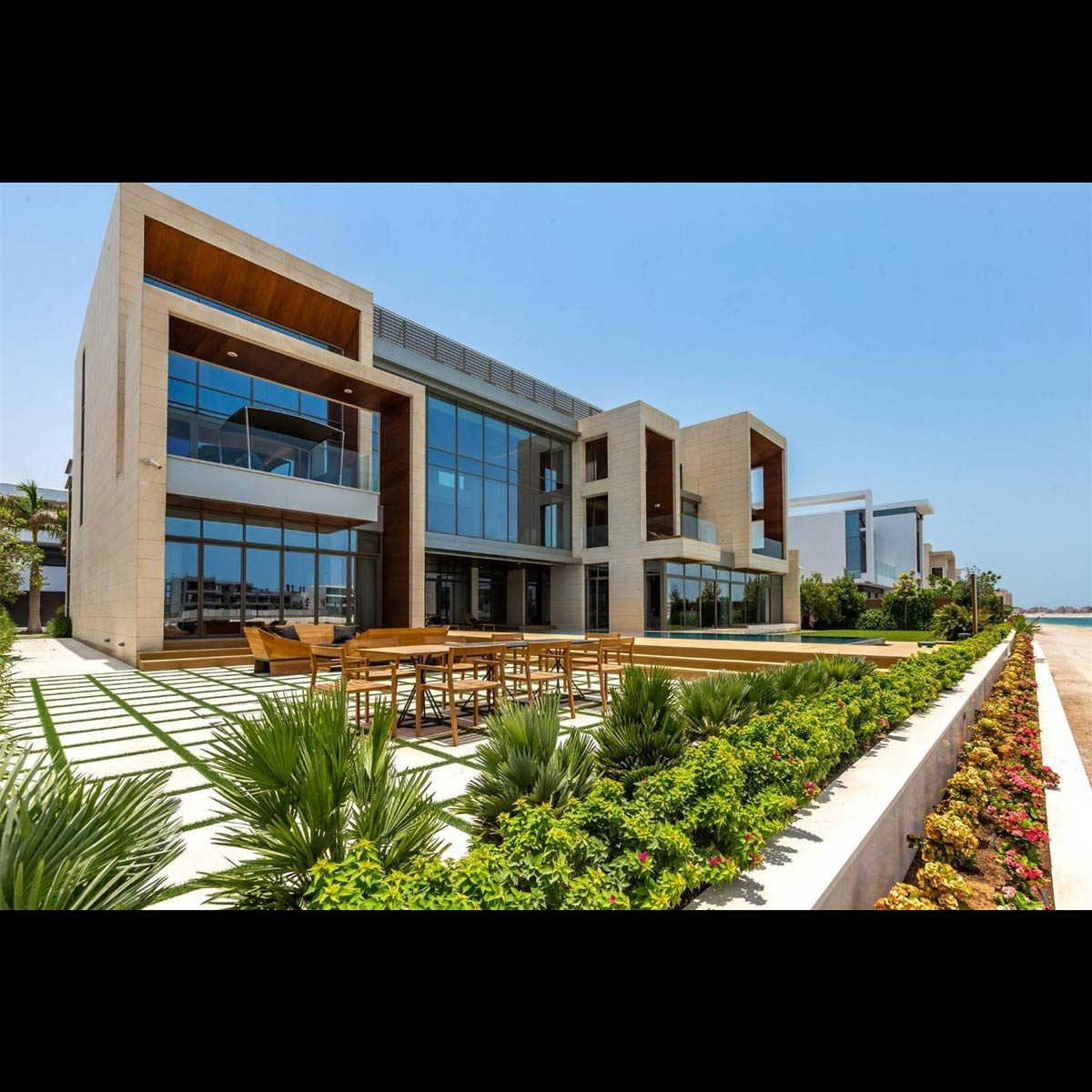 Mansion with big bay windows with large patio and beachfront in Dubai