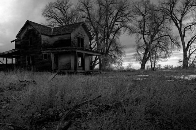 01-Signs-You-Have-A-Haunted-House,-According-to-Paranormal-Experts-6403990-Sascha-Burkard