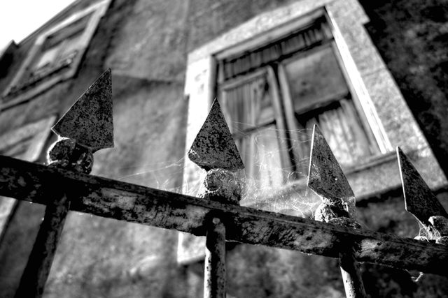 08-Signs-You-Have-A-Haunted-House,-According-to-Paranormal-Experts-209857252-Daniel-Brigginshaw