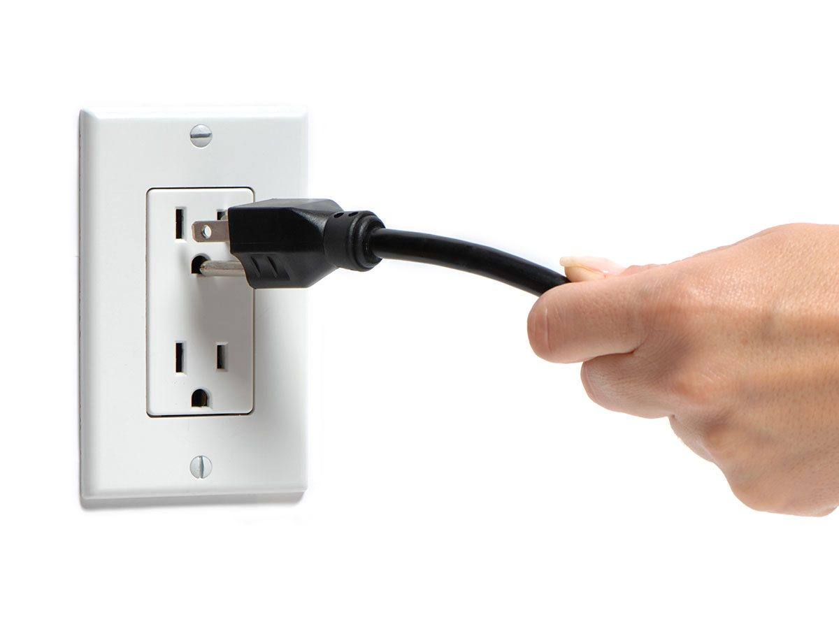 Hilarious Tweets - Woman unplugging cord
