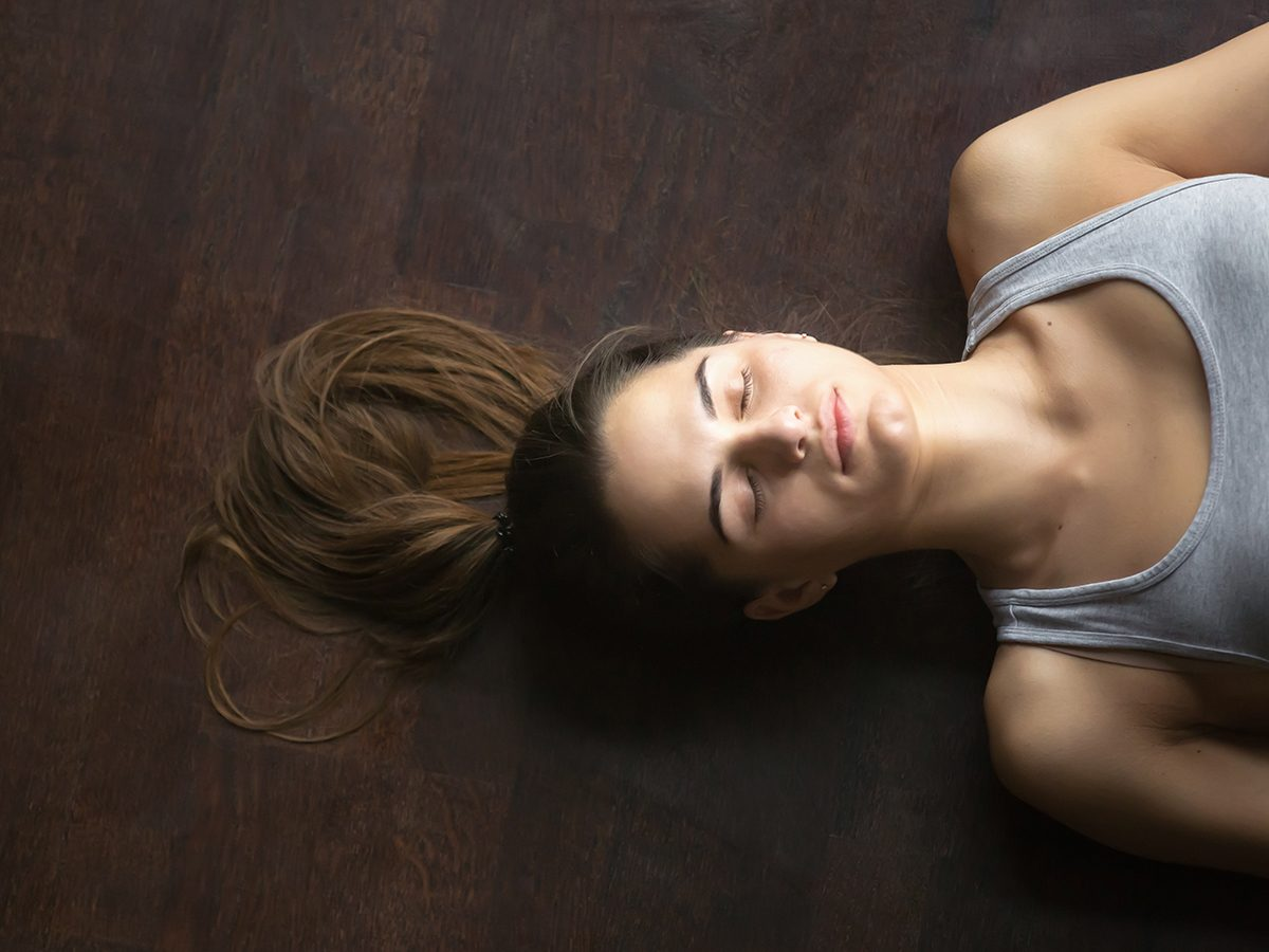 Breathing techniques to control pain - woman lying down