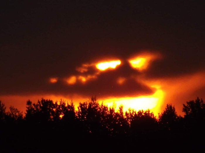 A scary sunset that looks like a face