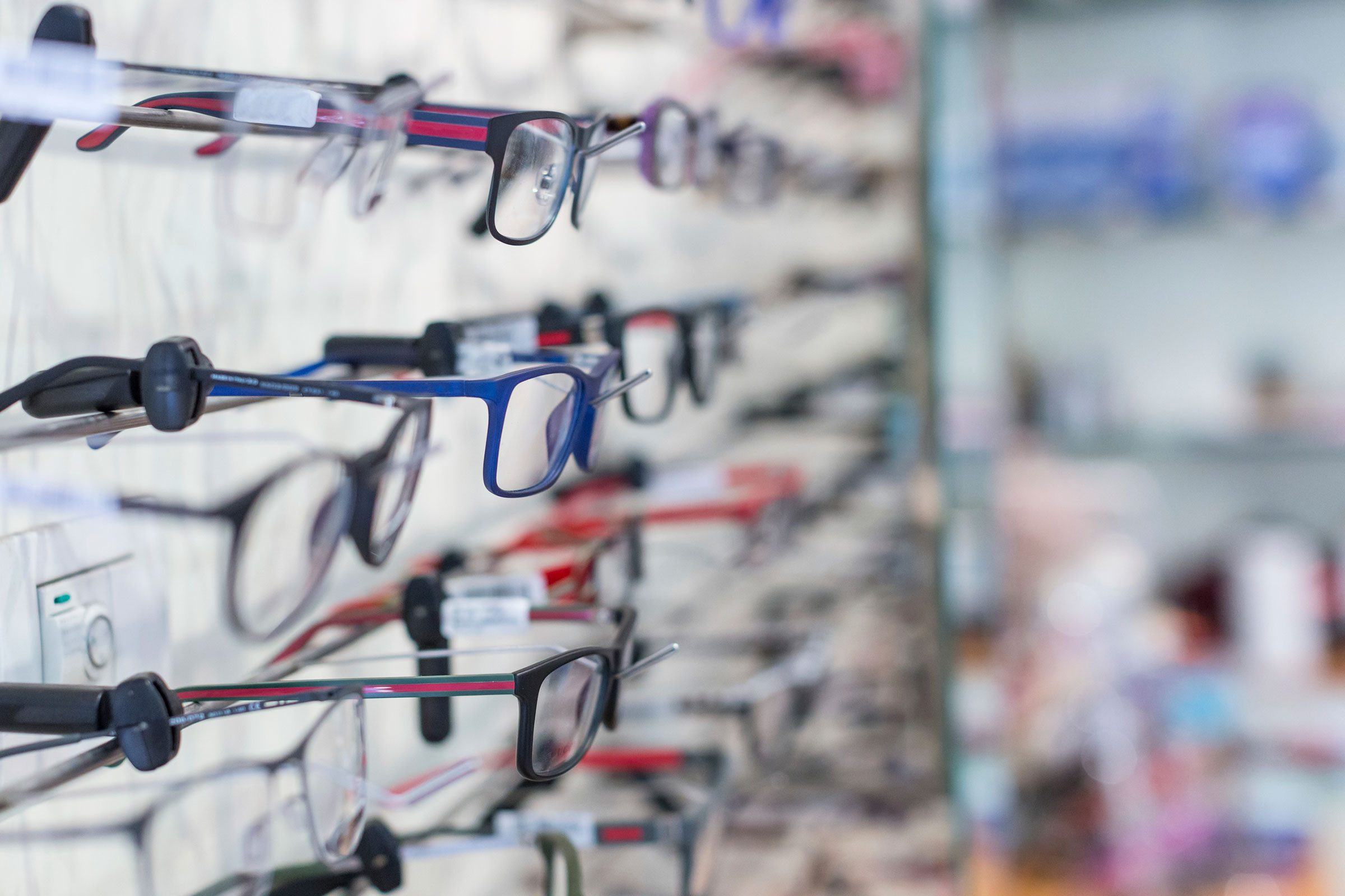 03-squinting-signs-you-need-new-glasses