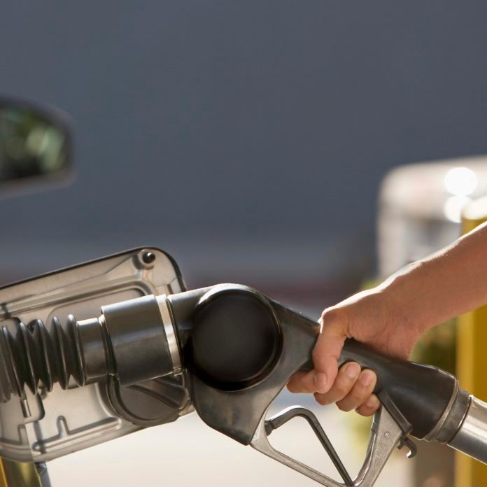 """How Do Gas Pumps """"Know"""" When Your Car's Tank Is Full?"""