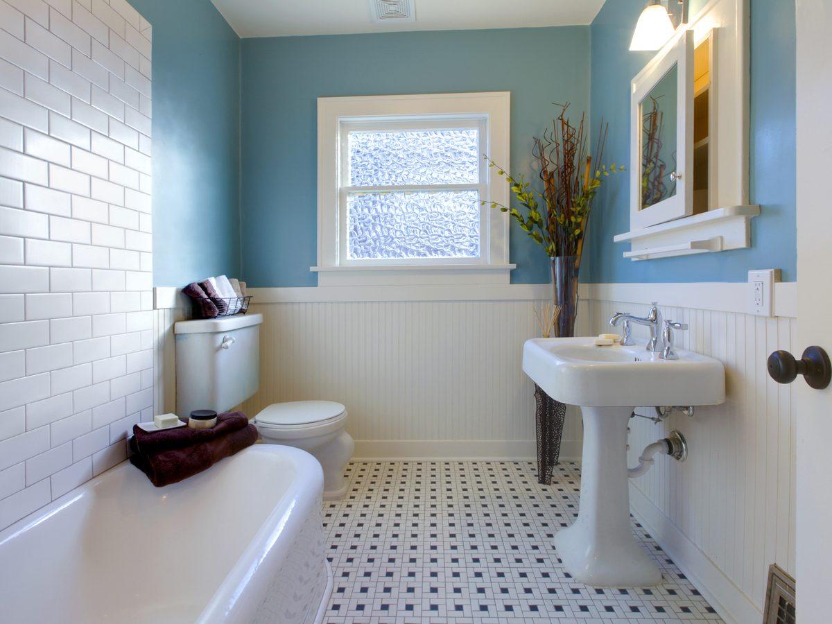 Modern, plain bathroom