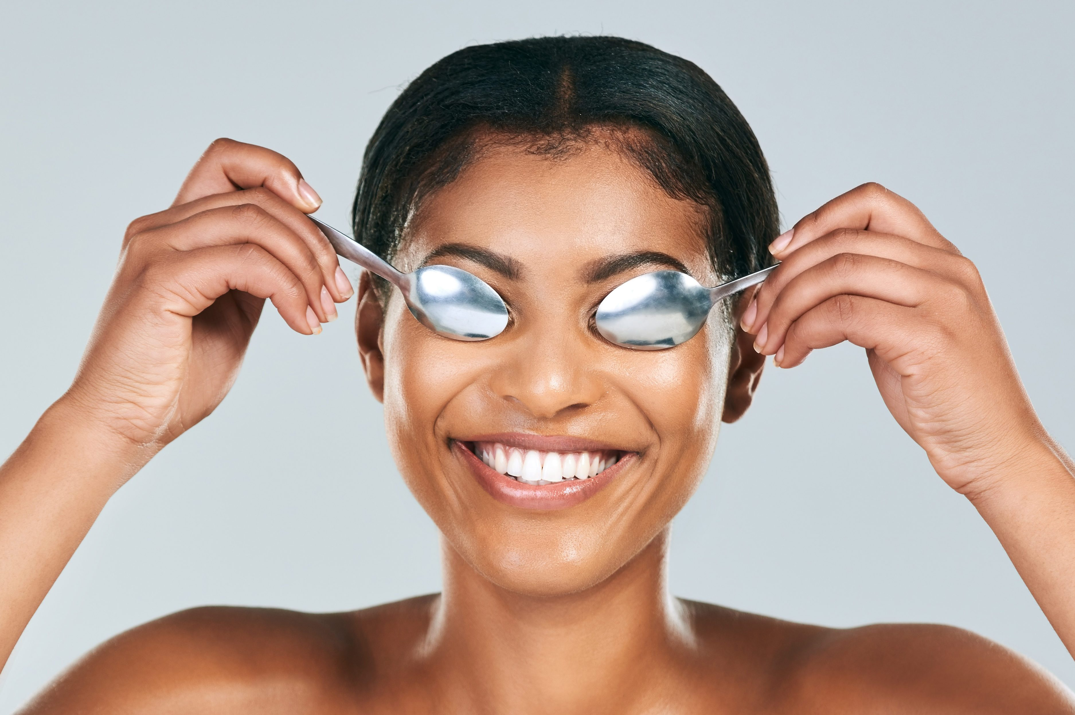 Cure puffy eyes with cold spoons