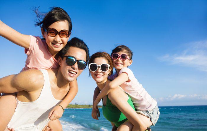 Sunglasses myths - Family wearing sunglasses on beach
