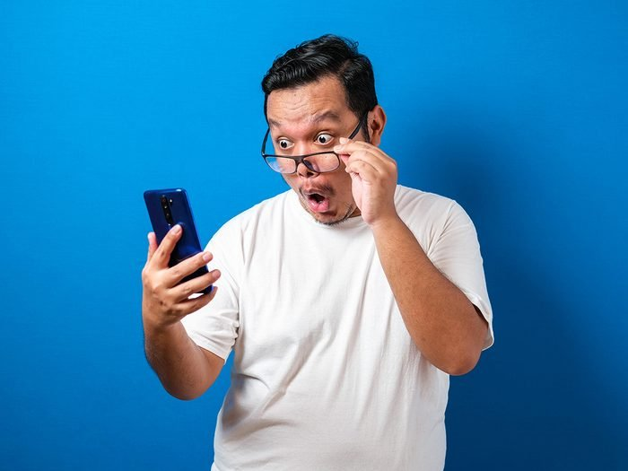 Hilarious tweets - funny guy checking phone