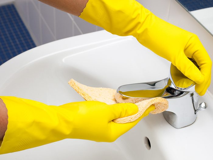 Tips from professional cleaners - Person cleaning sink