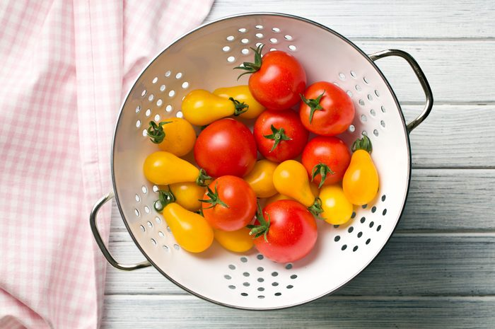 Ways to cook everything faster - Washing vegetables in colander