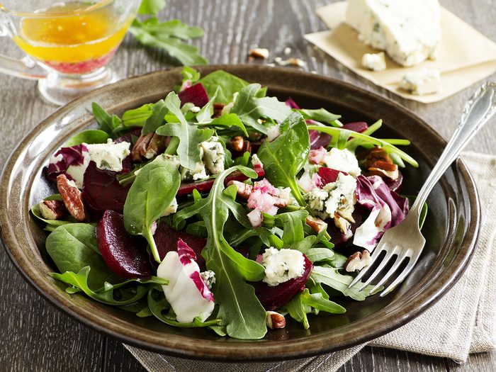 Best vegetables for weight loss - Salad with beet, blue cheese, nuts and vinaigrette