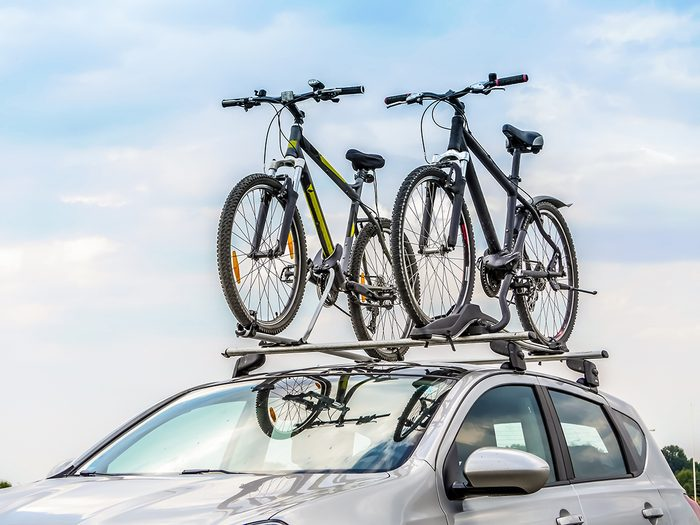 Bike theft prevention tips - Passanger car with two bicycle mounted to the roof